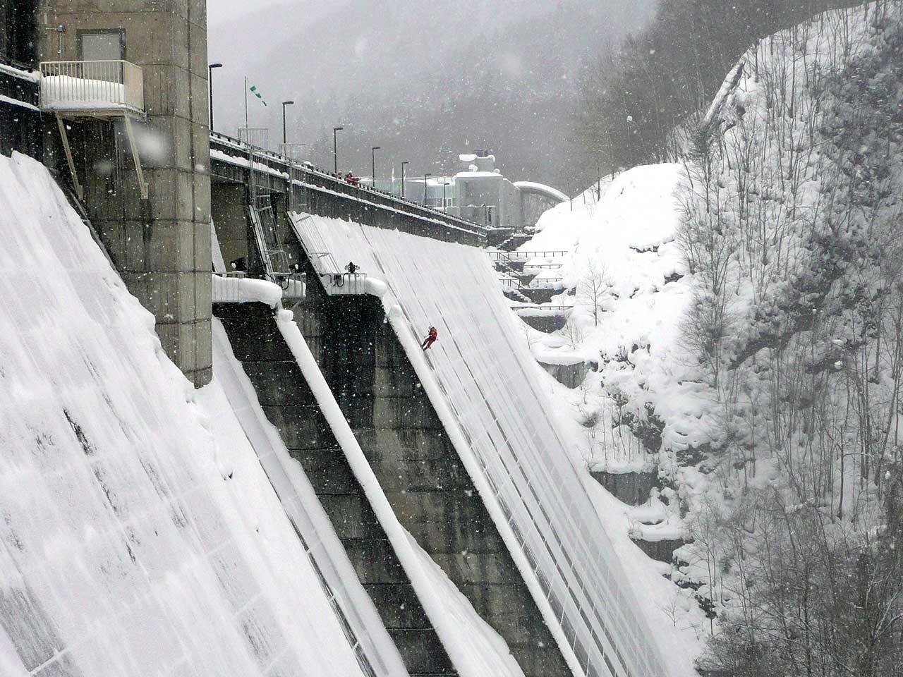 ダム調査の高所作業