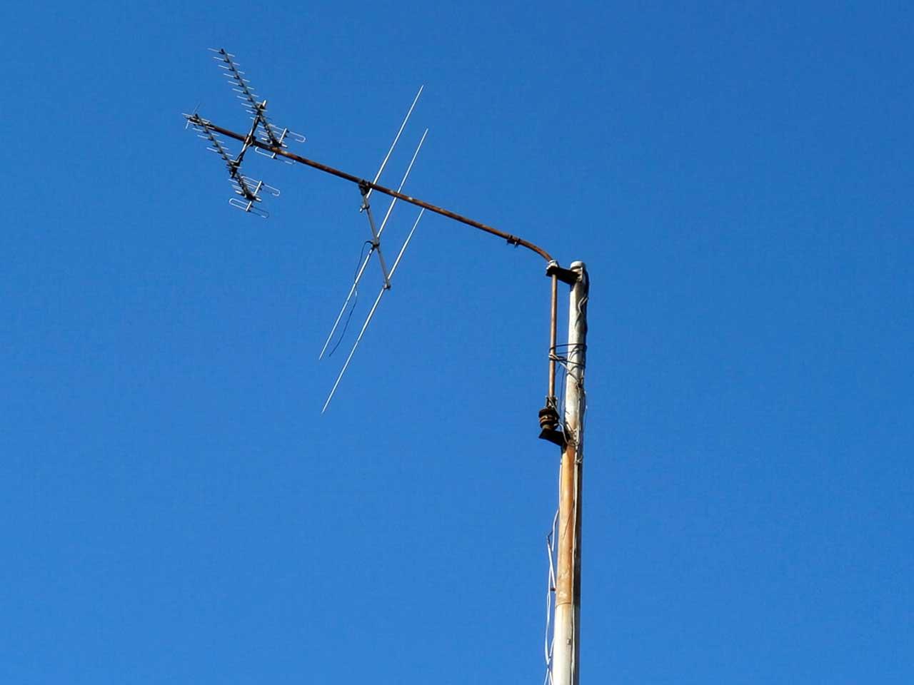 マストの曲がったアマチュア無線の危険なアンテナタワー