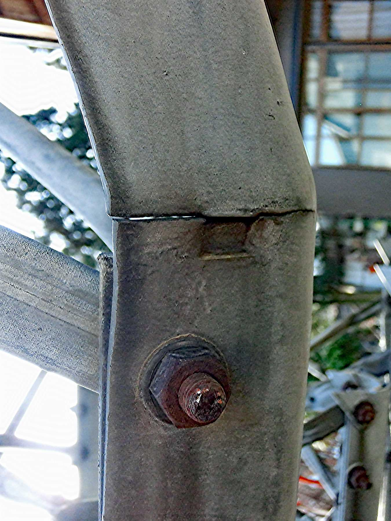 タワー倒壊の恐れのあるアルインコタワーの金属疲労による亀裂