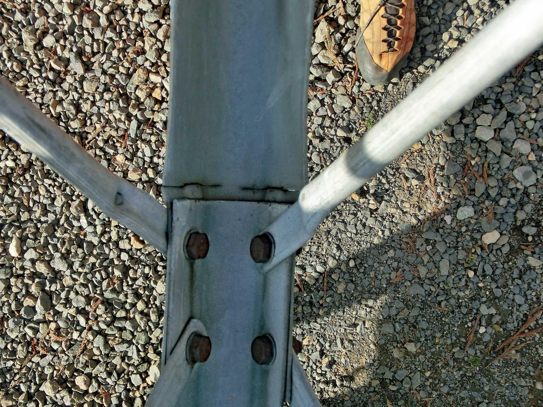 鉄塔倒壊の恐れのあるアルインコタワーの金属疲労による亀裂