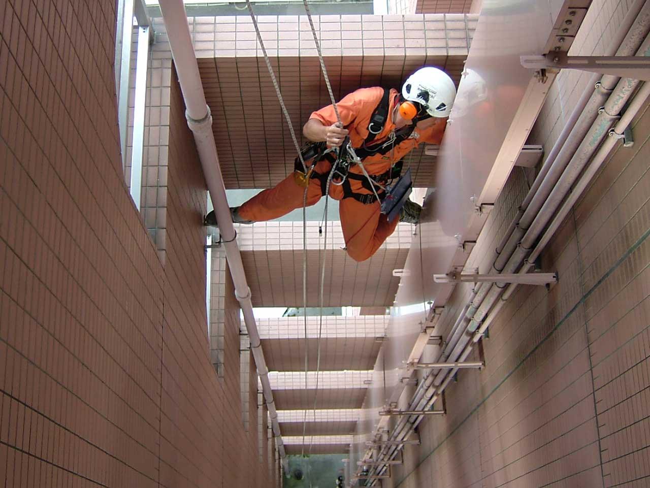 ロープアクセス技術を活用した狭所の高所作業