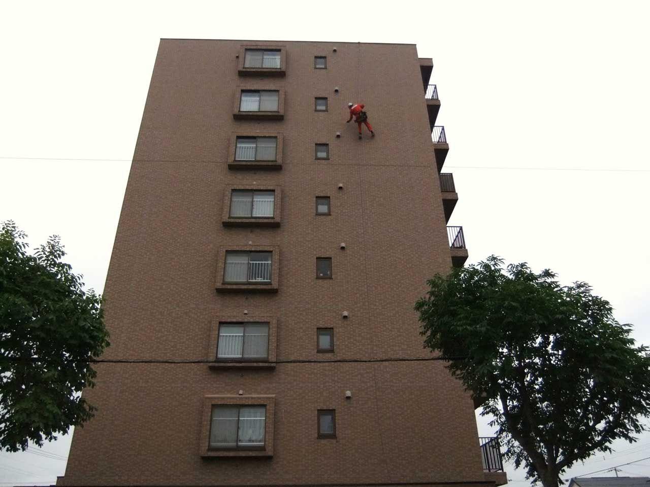 ロープアクセスを使った高所のタイル打診調査