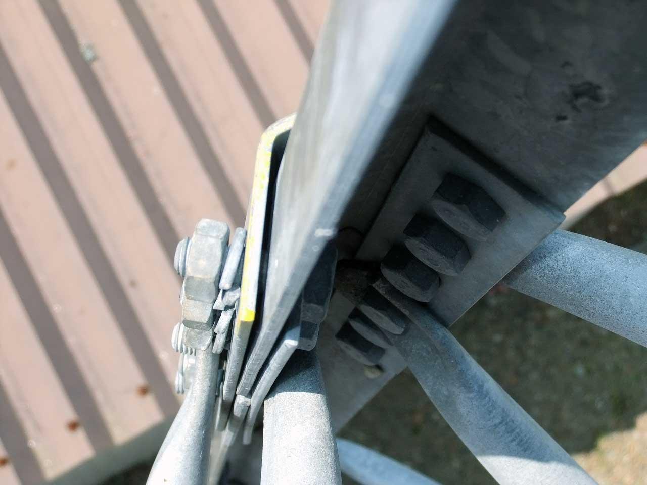 ネジの緩んだ危険な鉄塔