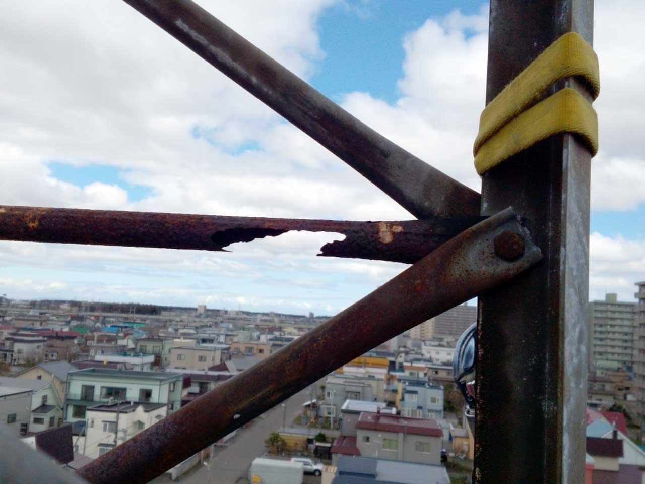 錆びてボロボロの危険なアンテナタワー