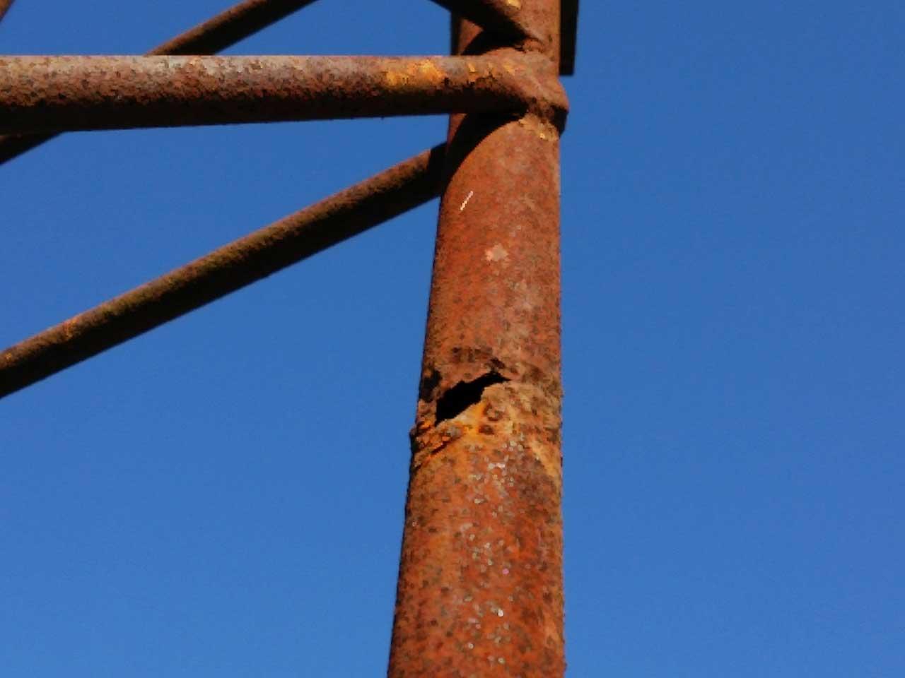 錆びて穴の空いてしまって危険な鉄塔