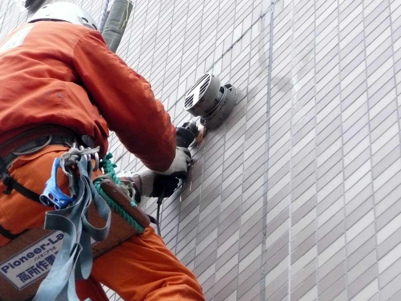 ロープアクセス技術を使った外壁設備設置工事。【高所作業チーム】