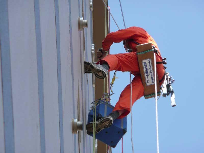 ロープアクセス技術を使ったビル外壁の設置工事