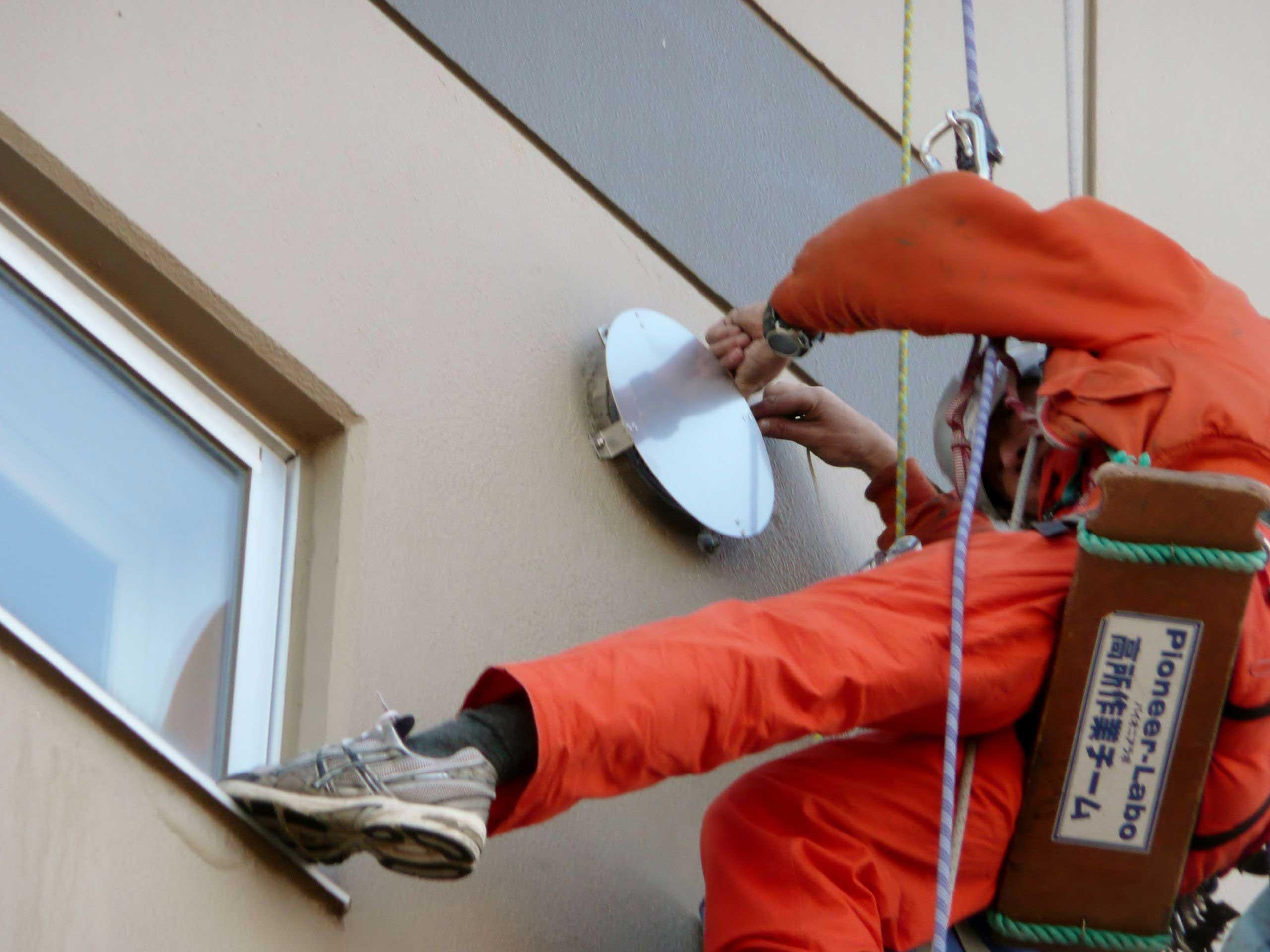 足場不要の外壁設備の設置工事。