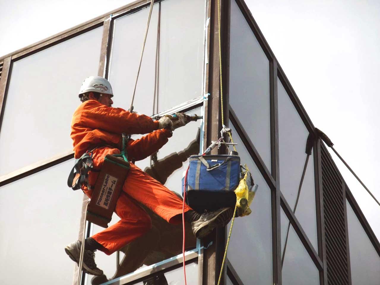ロープアクセスで行うビル外壁の漏水(雨漏り)補修