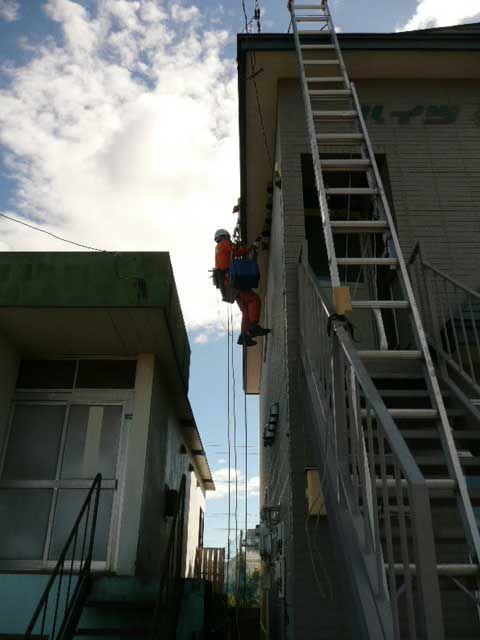 ロープアクセス技術を活用した住宅密集地の高所作業