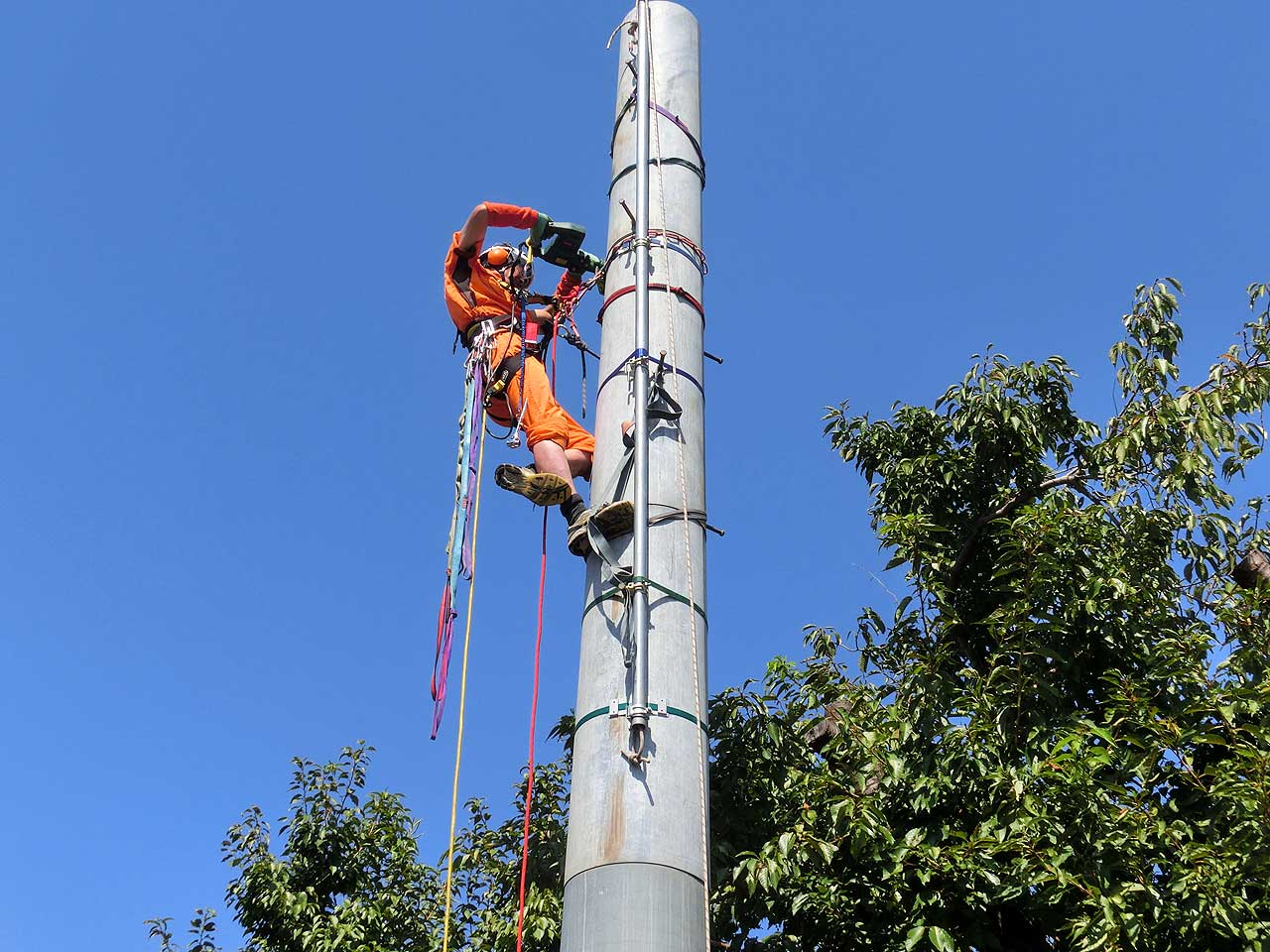 Removal of the antenna tower of amateur radio